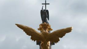 Skulptur des goldenen zwei-köpfigen Adlers und der Engel auf Alexander Column auf dem Palast quadrieren Stockbild