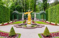 Skulptur des Goldengels im Park von Linderhof-Palast, Bayern Lizenzfreies Stockfoto