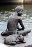 Skulptur des Jungen u. des Hundes Stockfotos