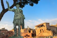 Skulptur des Kaisers Trajan und Trajans des Marktes in Rom stockfotografie
