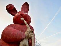 Skulptur des Kaninchens einen Mann essend Stockfoto