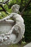 Skulptur des Kinderengels einen Topf halten Stockbild