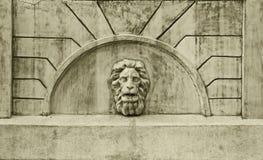 Skulptur des Kopfes eines Löwes auf der alten Wand Lizenzfreies Stockbild