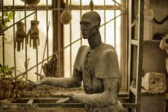 Skulptur des Kopfes des Unbekannten in der Bildhauer ` s Werkstatt Bild in der Farbe lizenzfreies stockbild