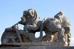 Skulptur des Löwes im Hoysaleswara-Tempelkomplex, Halebidu, Hassan District, Karnataka, Indien lizenzfreie stockbilder