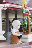Skulptur des Mönchs nahe Thailändisch-chinesischem Tempel, Thailand Lizenzfreies Stockfoto