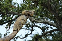 Skulptur des Pelikans vom Baumstamm nach Katrina Lizenzfreie Stockfotografie