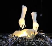 Skulptur des schlafenden Babys und der Arme über ihm lizenzfreie stockfotografie