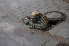 Skulptur einer Abwasserkanalarbeitskraft in Bratislava Lizenzfreies Stockfoto