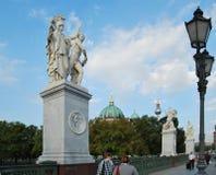 Skulptur an einer Schloss-Brücke Stockfotos