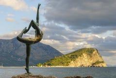 Skulptur einer Tänzerin Die alte Stadt von Budva Stockbild