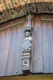 Skulptur eines Bären, der ein Schild mit dem Emblem von Brügge I hält Stockbilder