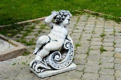 Skulptur eines Engels, der auf einem Stuhl sitzt Stockfotografie