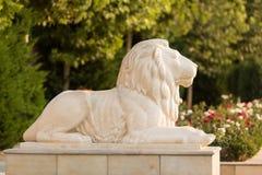Skulptur eines Löwes gegen einen grünen Hintergrund Lizenzfreie Stockfotografie