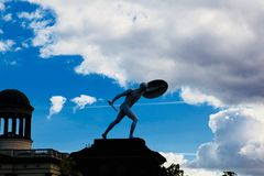 Skulptur eines Mannes, der Klinge und Schild hält Stockfotografie