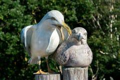 Skulptur eines Mannes und der weiblichen Seemöwe stockbilder