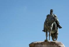 Skulptur eines Reiters mit Hintergrund des blauen Himmels Stockfotografie