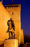 Skulptur eines Ritters vor Schloss Lizenzfreie Stockbilder