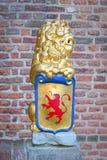 Skulptur: en lejoninnehavsköld med vapenskölden Royaltyfria Bilder