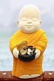 Skulptur för den buddistiska munken för mottar matpengar Royaltyfria Bilder