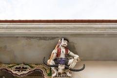 Skulptur för hög lättnad av bykrigare, pang Rachan, med yxan Arkivbild