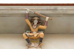Skulptur för hög lättnad av den thailändska forntida krigaren dekorerade med cer Royaltyfri Foto