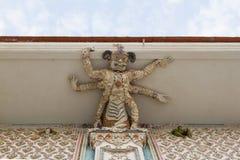 Skulptur för hög lättnad av monstret dekorerade med keramiskt, Wat Par Arkivfoto