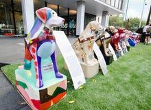 Skulptur för konstverk för handbokhundkapplöpning i individuell färgmålningstil för den blinda donationaktionen Arkivbild