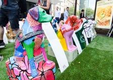 Skulptur för konstverk för handbokhundkapplöpning i individuell färgmålningstil för den blinda donationaktionen Royaltyfria Foton