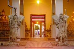 Skulptur för stenThailändsk-kines stil och thai dörrkonstarkitektur i den Wat Pho templet, Thailand Royaltyfri Bild
