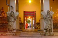 Skulptur för stenThailändsk-kines stil och thai dörrkonstarkitektur i den Wat Pho templet, Thailand Arkivbild