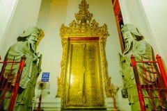 Skulptur för stenThailändsk-kines stil och thai dörrkonstarkitektur i den Wat Phra Chetupon Vimolmangklararm Wat Pho templet Royaltyfria Foton