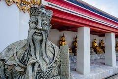 Skulptur för stenThailändsk-kines stil och thai konstarkitektur i den Wat Phra Chetupon Vimolmangklararm Wat Pho templet Arkivbild