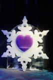 Skulptur för vit snöflinga som och för purpurfärgad hjärta göras av is Fotografering för Bildbyråer
