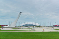Skulptur-Fackel an Medaillen Piazza, olympische Medaillengewinner der Winter Olympics in Sochi Bewölkter Sommerabend Stockfoto