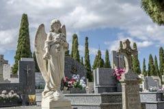 Skulptur in Form eines Engels gesetzt auf ein Grab Stockfoto