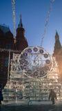 Skulptur in Form von Uhr auf Manezh-Quadrat in Moskau Stockbild