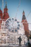 Skulptur in Form von Uhr auf Manezh-Quadrat in Moskau Lizenzfreies Stockbild