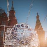 Skulptur in Form von Uhr auf Manezh-Quadrat in Moskau Stockfotos