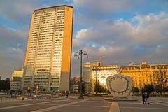 Skulptur framme av den Milano centralejärnvägsstationen Morgon l Royaltyfri Bild