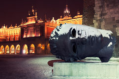 Skulptur framme av stadshuset Royaltyfri Fotografi