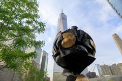 Skulptur hinter einem World Trade Center bei Liberty Park Lizenzfreie Stockbilder