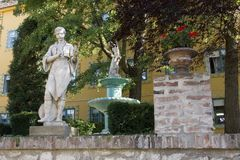 Skulptur i den Zsolnay mitten i Pecs Arkivfoto