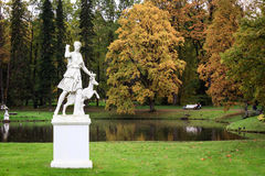 Skulptur i en parkeraoranienbaum arkivfoto