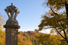 Skulptur im Herbst Stockfotos