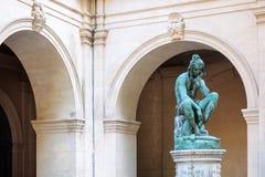 Skulptur im Museum von schönen Künsten von Lyon, Frankreich Statuen im Park von Palais-Saint Pierre stockbilder