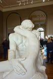 Skulptur Le Baiser (den Kuss bedeutend) durch Auguste Rodin in Paris Stockbilder