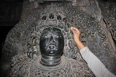 Skulptur med den sned microen välsignar skallen på den Hoysaleswara templet Royaltyfri Bild