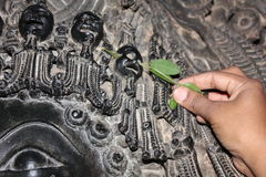 Skulptur med den sned microen välsignar skallen på den Hoysaleswara templet Arkivbilder