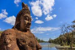 Skulptur med floden i Angkor Thom Royaltyfri Fotografi